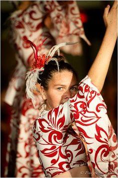 Tahitian dancer / Danseuse tahitienne - photo © Petit Apache Design - source : https://www.facebook.com/iLoveTahitiMoana