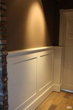 Lambrisering vierkant patroon Style At Home, Painting Wood Paneling, Hallway Inspiration, Upstairs Bedroom, Wainscoting, Colorful Interiors, Interior Design Living Room, Decoration, Interior Architecture