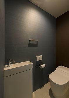 閑静な住宅街にある濃い茶色の家・間取り(東京都練馬区) | 注文住宅なら建築設計事務所 フリーダムアーキテクツデザイン Washroom Design, Toilet Design, Ideas Baños, Narrow Bathroom, Home Projects, Interior Architecture, Sweet Home, House Design, Furniture