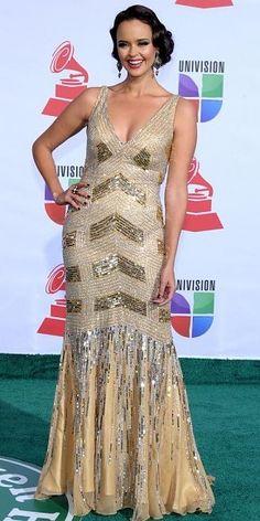 SHAILA DÚRCAL    Con su peinado, vestido y maquillaje, la cantante española evocó el clásico estilo de los años 20.