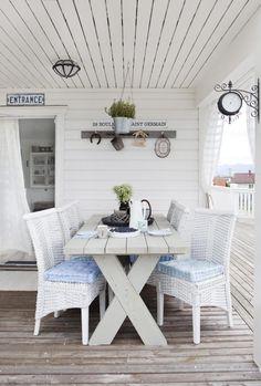 GARDINER: Heng opp noen fine gardiner for å skape lun stemning. Tyng de godt ned i bunnen for å unngå at de bare flagrer vekk i vinden. Dette hagebordet er hjemmelaget og malt i shimmergrå terrassebeis, med stoler fra Skeidar.