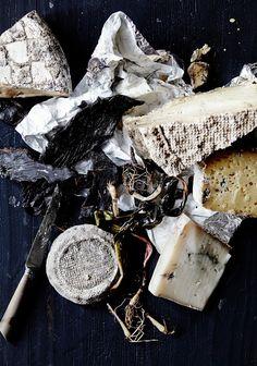 Gereifter Käse, der kräftig und würzig im Geschmack ist, wird hier auf einer dunklen Platte serviert. Viele tolle Käsesorten findest Du online in unserem Shop: https://gegessenwirdimmer.de/produkt-kategorie/molkereiprodukte-wurst-und-eier/#kaese