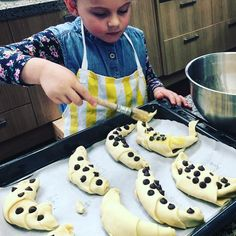 Creating pain au chocolat and croissants with dark chocolate freckles Thanksgiving Recipes, Holiday Recipes, Great Recipes, Favorite Recipes, Healthy Meals For Kids, Kids Meals, Healthy Recipes, Good Food, Yummy Food