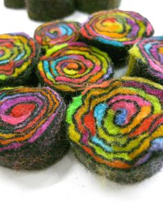 Presumably the wools are laid out flat as a prefelt, then rolled up and felted like a cord. Fabric Beads, Felt Fabric, Textile Jewelry, Fabric Jewelry, Nuno Felting, Needle Felting, Felt Necklace, Textile Fiber Art, Textiles