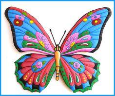 metal pintado que cuelga de la pared de la mariposa