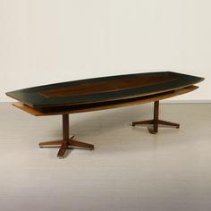 Grande tavolo riunioni; legno impiallacciato bois de rose e rivestimento in similpelle, ottone sulla base. Buone condizioni; presenta piccoli segni di usura.