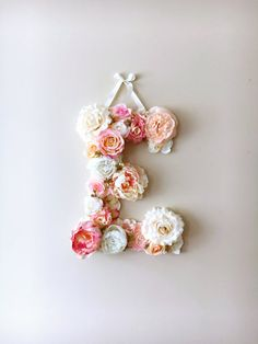 This is a custom listing for flower letter in pinks, coral, gold and creams, 45 cm/17.8 height (please contact me if you would like a smaller 35 cm/13.8 letter or any other colors).  A perfect decor for your dream interior, birthday party or wedding - will freshen up any type of room - nursery, bedroom, childrens room.  Processing time for both flower letters and flower mobiles 1-2 weeks. US buyers - shipping takes approx 5-14 days!  Letter is made with high quality artificial flowers on a…
