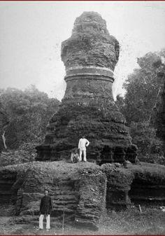 De stupa Candi Mahligai op het tempelcomplex Candi Muara Takus. 1889.