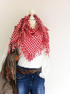 Herbstcowgirl! XL Karohalstuch in rot weiß kariert zur schlichten Bluse und Röhrenjeans....Weekender über die Schulter und ab aufs Land! Der Herbst kann kommen!