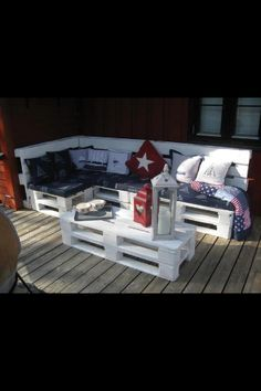 Pallet Patio Set: hmmm... maybe good use of free pallets from stores or craigslist