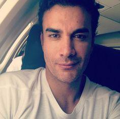 """""""Vámonos! Allá vamos Veracruz! Besos!"""", tuiteó David Zepeda el 22 de octubre de 2012. Ni siquiera lo despeinado le quita el sex appeal al actor mexicano."""