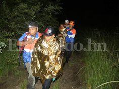 Rescatan a primos arrastrados por río Guacerique en la capital de Honduras Alrededor de las 11:30 de la noche, los rescatistas avisaron que los individuos habían sido sacados de la corriente sano y salvos, foto: Jimmy Argueta / Noticias de Honduras http://www.elheraldo.hn/tegucigalpa/995303-466/rescatan-a-primos-arrastrados-por-r%C3%ADo-guacerique-en-la-capital-de-honduras  / Noticias de Tegucigalpa.