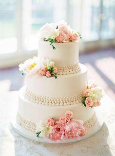 Schlicht mit Blumen und Verziehrung die aussieht wie Perlenketten.