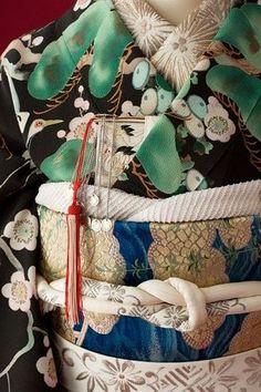 Closeup of obi and Taisho or early Showa-period kimono. By Ikeda Shigeko. Yukata Kimono, Kimono Fabric, Japanese Textiles, Japanese Fabric, Japanese Geisha, Japanese Art, Look Kimono, Kimono Style, Samurai