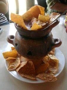 Anafre, tortillas fritas, frijoles  fritos con quesillo y chorizo.