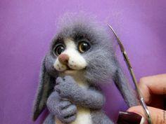Продолжаем валять нашего малыша. Первая часть здесь>> С двух свалянных полосочек делаем веки для крохи. Приваливаем к голове, глубоко втыкая иглу. Дальше, берём бежевую шерсть и валяем носик по намеченным ранее линиям. Валяем ноздри, глубоко втыкая иглу. Felt Diy, Felt Crafts, Wet Felting, Needle Felting, Teddy Toys, Rabbit Toys, Felt Animals, Handmade Toys, Fiber Art