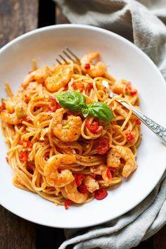 Pasta with shrimps and tomato-cream sauce min!) - cooking carousel - OMG, the pasta with shrimp and tomato cream sauce are wonderfully spicy and ready in 20 minutes. Prawn Pasta, Shrimp Pasta Recipes, Recipe Pasta, Seafood Recipes, Menu Dieta, Vegetarian Recipes, Healthy Recipes, Salad Recipes, Whole30 Recipes