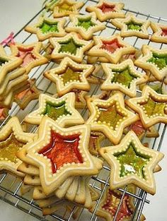 Üveges mézeskalács Santa Cookies, Iced Cookies, Holiday Cookies, Cupcake Cookies, Sweets Recipes, Cookie Recipes, Creative Kitchen, Stained Glass Cookies, Iced Biscuits