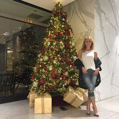#Christmas in #BeverlyHills! Fun to see all of the decorations around town #la  . . #christmastree #christmasiscoming #christmasdecorations #christmascountdown #losangeles #california #moments #visualsoflife #thehappynow #blonde #californiagirl #californiadreaming #holidayseason #nofilter #bestoftheday #happygirl #hunterphoenix