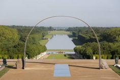 ill. : L'Arche de Versailles face au Grand Canal (©Tadzio/courtesy Lee Ufan/Kamel Mennour Paris and Pace New York).