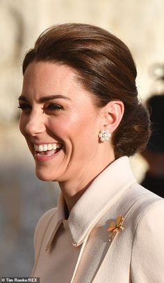 The Duchess of Cambridge opted for a cream Catherine Walker coat and the Irish Guards gold shamrock brooch for the ceremony on House Guards Parade in Whitehall, London. Kate Middleton New Hair, Plus Size Jewellery, Herzogin Von Cambridge, Catherine Walker, Kate Middleton Prince William, Princess Charlotte, Real Princess, William Kate, Royal Fashion