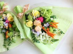 カラフルなご両親贈呈の花束。  若々しいご両親へ ありがとうの気持ちを込めて。 そして「これからも一緒にハッピーを作っていきましょう。」と花達が語っています