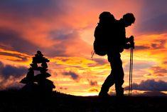Iniciarse en el Trekking no es nada fácil. Como todo deporte, tiene sus técnicas y estilos, entre estos se encuentran el senderismo, el trekking o el nordic walking. En este post aprenderás cómo caminar con bastones de senderismo y así ayudarte a llegar más lejos.