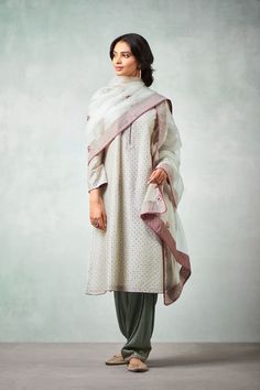 Good Earth brings you luxury design crafted by hand, inspired by nature and enchanted by history, celebrating India's rich history and culture through original, handcrafted products. Pakistani Dress Design, Pakistani Outfits, Indian Outfits, Kurta Designs Women, Salwar Designs, Kurta Patterns, Stylish Dresses For Girls, Indian Fashion Trends, Stylish Suit