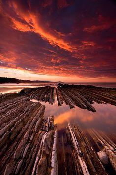 Rocas, mar y fuego. Playa de Itzurun, Zumaia, Gipuzkoa, País Vasco, Spain by Enrique F. Ferrá #spainmiespaña