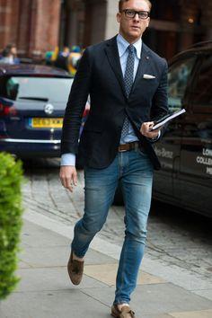 tenue chic décontractée : veste et jean, mocassins en cuir