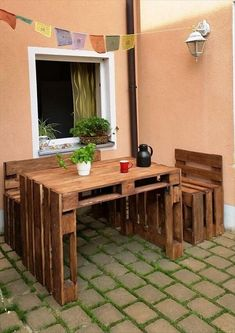 Have you ever imagined that such type of amazing wooden pallet sitting plan can be created with reclaimed wood pallet, if not then try this pallets project for the decoration of your outdoor area and as well as to fulfill your seating needs in your outdoor space. This project is also good enough to use as a study desk and benches at your home.