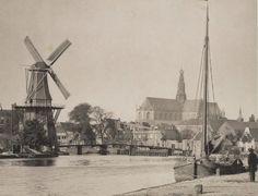 Haarlem, 1890 Spaarne met (recentelijk herbouwde) molen en de allesoverheersende Grote Kerk op de achtergrond.