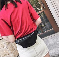 Le Vegas est le sac ceinture idéal pour la vie quotidienne. Son design et ses chaînes argentées lui confèrent un style unique en son genre. C'est le sac idéal pour celles qui sont fatiguées de porter des sacs lourds sur leurs épaules et qui ne veulent garder que l'essentiel à portée de main. Nous sommes convaincus que le Vegas deviendra l'un de nos best-sellers! Shoe Websites, Over The Shoulder Bags, Waist Pack, Womens Purses, Belts For Women, Belt Bags, Silver Chains, Womens Fashion, Genre