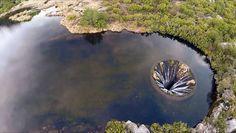 Un trou au milieu de l'eau - Vue aérienne du Covão dos Conchos au portugal En février 2016, le Portugais Daniel Alves a ajouté sur sa page ProBilder GoPro cette petite vidéo qui montre des images aériennes du Covão dos Conchos, un barrage situé au sommet de la plus haute montagne du Portugal, a Serra da Estrela. Construit en 1955, avec une hauteur de 4,6m et 48m de circonférence, il recueille les eaux d'une rivière (Ribeira das naves) vers une autre lagune (Lagoa comprida) grâce à un…