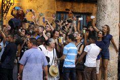 Жители Гаваны фотографируют кортеж президента США Барака Обамы. Это первый за 88 лет визит действующе... - REUTERS