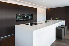 Mood Nightfall - Shinnoki Chocolate Oak Kitchen Island Size, Modern Kitchen Island, Modern Kitchen Design, Kitchen Dining, Apartment Kitchen, Kitchen Interior, Handleless Kitchen, Küchen Design, Home Kitchens