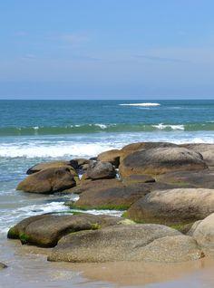 Las rocas de la playa de Punta del Diablo.