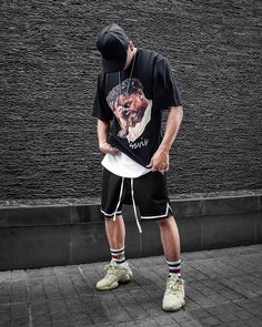 Streetwear is a style of casual clothing which became global in the hip hop, punk and Japanese street fashion. Eventually haute couture became an influence. Streetwear Shorts, Style Streetwear, Streetwear Brands, Streetwear Fashion, Streetwear Clothing, Style Hip Hop, Swag Style, Style Casual, Yeezy Outfit