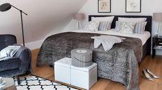 Schlafen wie im luxuriösen Boutique-Hotel? Können Sie jetzt jede Nacht! Geben Sie Ihrem Schlafzimmer einfach ein Upgrade zur schicken Junior-Suite. Die Zauberformel: Schwarz-Weiß – ein eleganter Klassiker und gerade total en vogue! Accessoires in Grautönen und Silber setzen edle Akzente. Unser Tipp: eine hochwertige Tagesdecke – sie verleiht jedem Bett sofort Hotel-Flair!