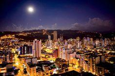 Hermosa se ve Bucaramanga en estas noches de luna llena. Gracias @maurobucaro por esta gran foto. #UnaFotoBUC