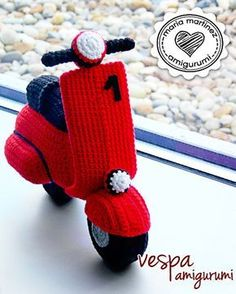 DIY Crochet a Beautiful Red (or other color) Amigurumi Vespa Scooter by Maria Martinez Patrón gratis / FREE pattern (spanish) ༺✿ƬⱤღ✿༻ Crochet Car, Crochet Gifts, Cute Crochet, Crochet Dolls, Crochet Amigurumi Free Patterns, Crochet Stitches, Crochet Mittens, Mittens Pattern, Amigurumi Doll