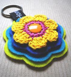 Schlüsselanhänger von Hono Lulu (dawanda 2014) bzw. fummelhummel Taschenbaumler Button Applikation Nähen Blume Prilblume Häkelblume Filz Cam Snaps bunt retro orange lila pink gelb blau türkis grün neon