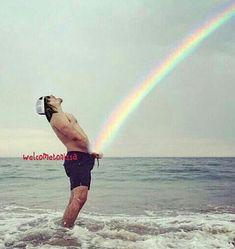 NORMAN REEDUS PEES A RAINBOW!