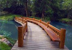 Los puentes de madera son más fáciles y más rápidos de construir que los de piedra, y han resultado siempre más económicos; por ello, los primeros que construyó el hombre fueron de madera, y a lo largo de la Historia se han construido innumerables puentes de este material, muchos más que de piedra. #InfoWoox | #Puentes | #Madera