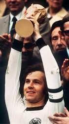 Beckenbauer  Franz Beckenbauer  Data de Nascimento: 11/9/1945  Posição: Zagueiro   Copas Disputadas  Inglaterra 1966   México 1970  Alemanha 1974   Gols em Copa 5   Clubes  - Bayern de Munique   - Cosmos   - Hamburgo