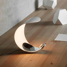 Luceplan Curl lampada da tavolo dal design pulito e delicato. Curl può regolare la luce, calda o diurna, ed essere sistemata nella posizione che meglio le se addice.