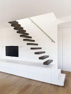 escalier flottant bois sombre et intérieur blanc