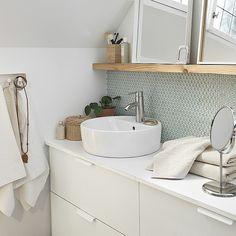 Donnez un #look #moderne et élégant à votre salle de bain ! Le comptoir #ALDERN et le lavabo #TÖRNVIKEN ont été développés en parallèle pour créer un ensemble harmonieux. (A partir de 203 € - Réf. : 190.965.02) #IKEA #déco #décoration #salledebain #sdb #inspiration #zen #blanc