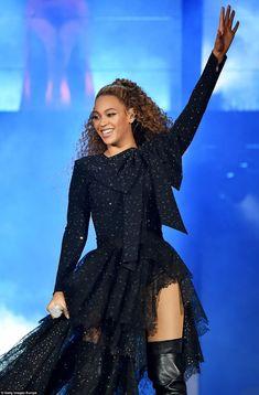 Beyonce Jay-z looks on stage On The Run Tour II Estilo Beyonce, Beyonce Knowles Carter, Beyonce Style, Beyonce Album, Beyonce Birthday, Happy Birthday, Beyonce Coachella, Coachella Festival, Outfits