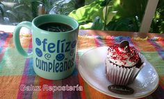 Yo me consiento en mi cumple con un pastelito y una taza de café :D